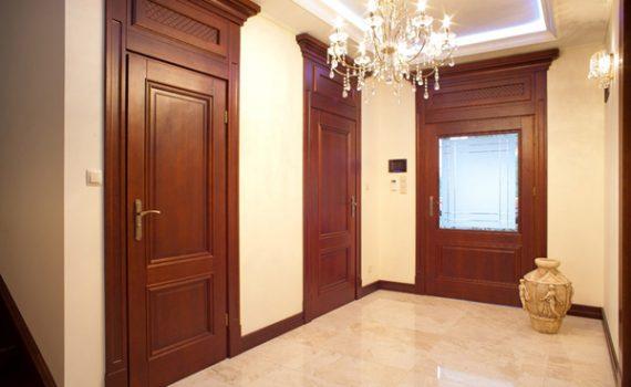 drzwi drewniane z korona