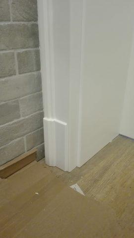 drzwi drewniane z montażem